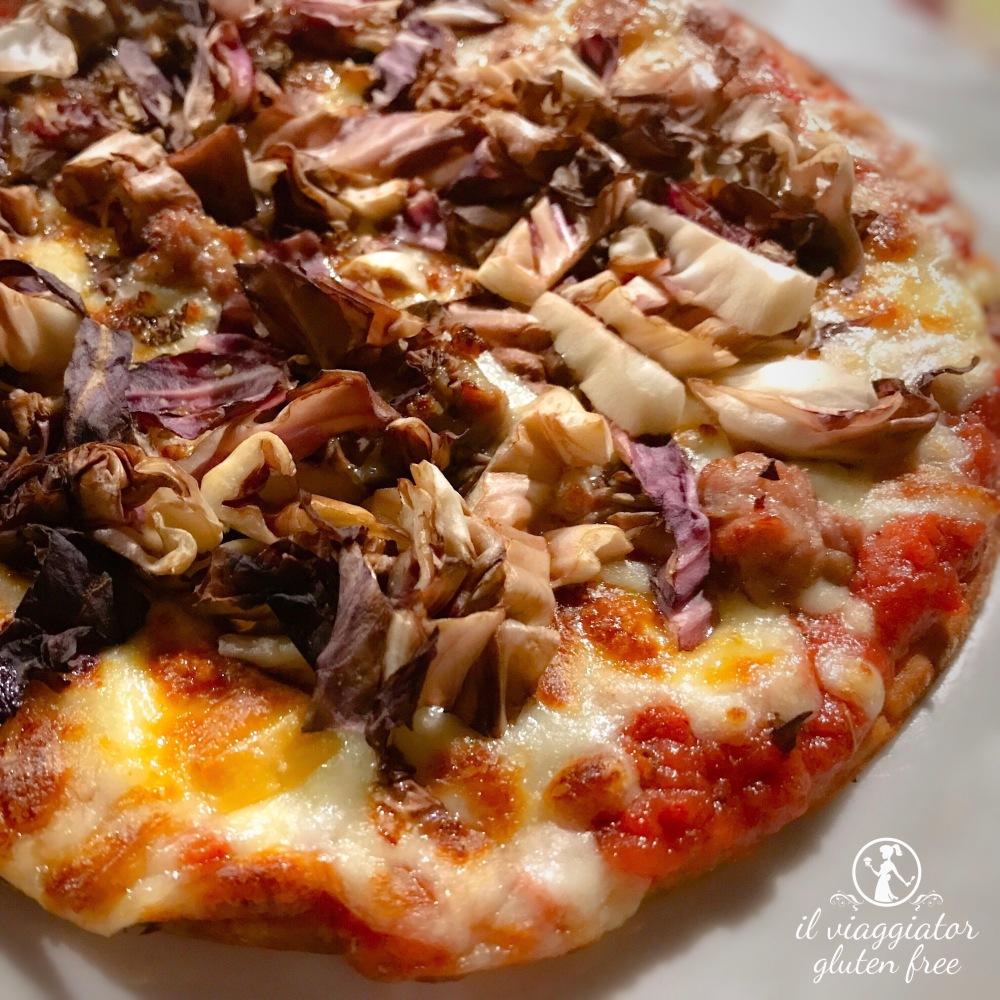 Da Busky (Parma) - Pizza senza glutine, con pomodoro Mutti, fiordilatte filante, scamorza affumicata, salsiccia e radicchio trevigiano