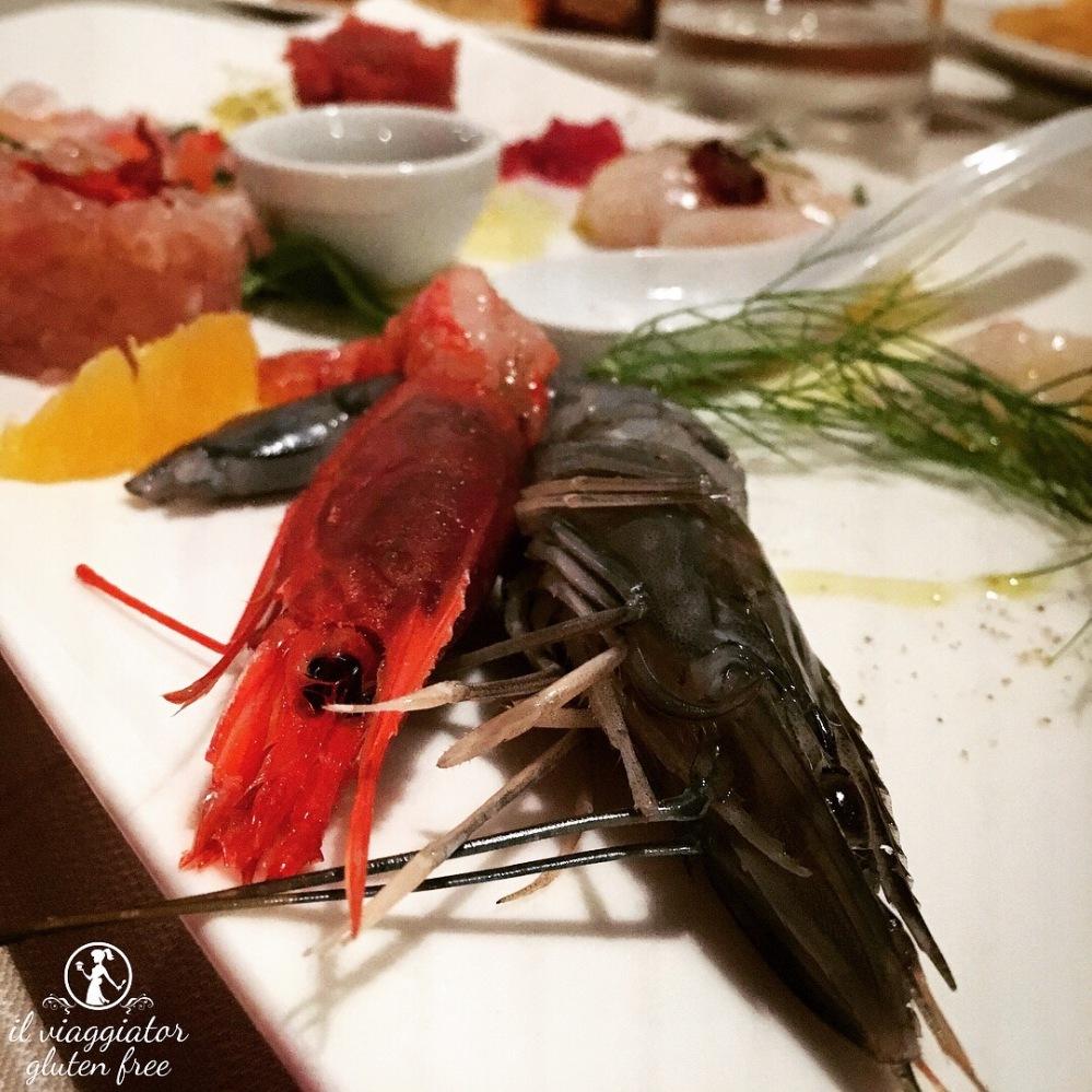 Da Meltemi (Parma) - Gamberi all'interno della composizione di pesce crudo