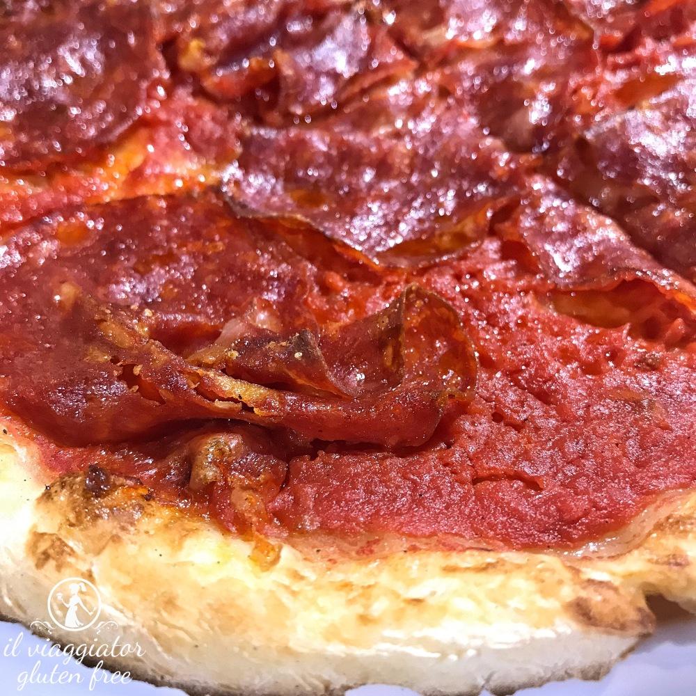 Ale's Pizza: cornicione pizza senza glutine rossa con salame piccante